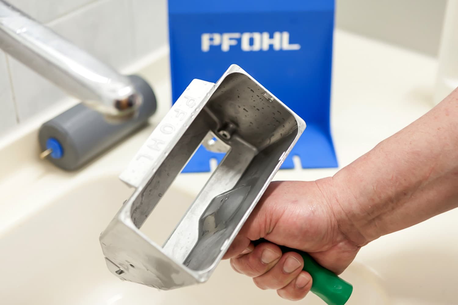 The PFOHL Glue Roller while cleaning